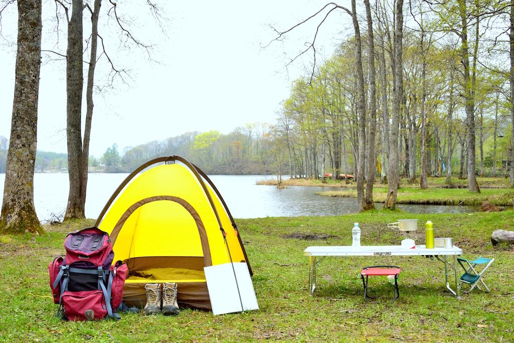 外でのキャンプ風景